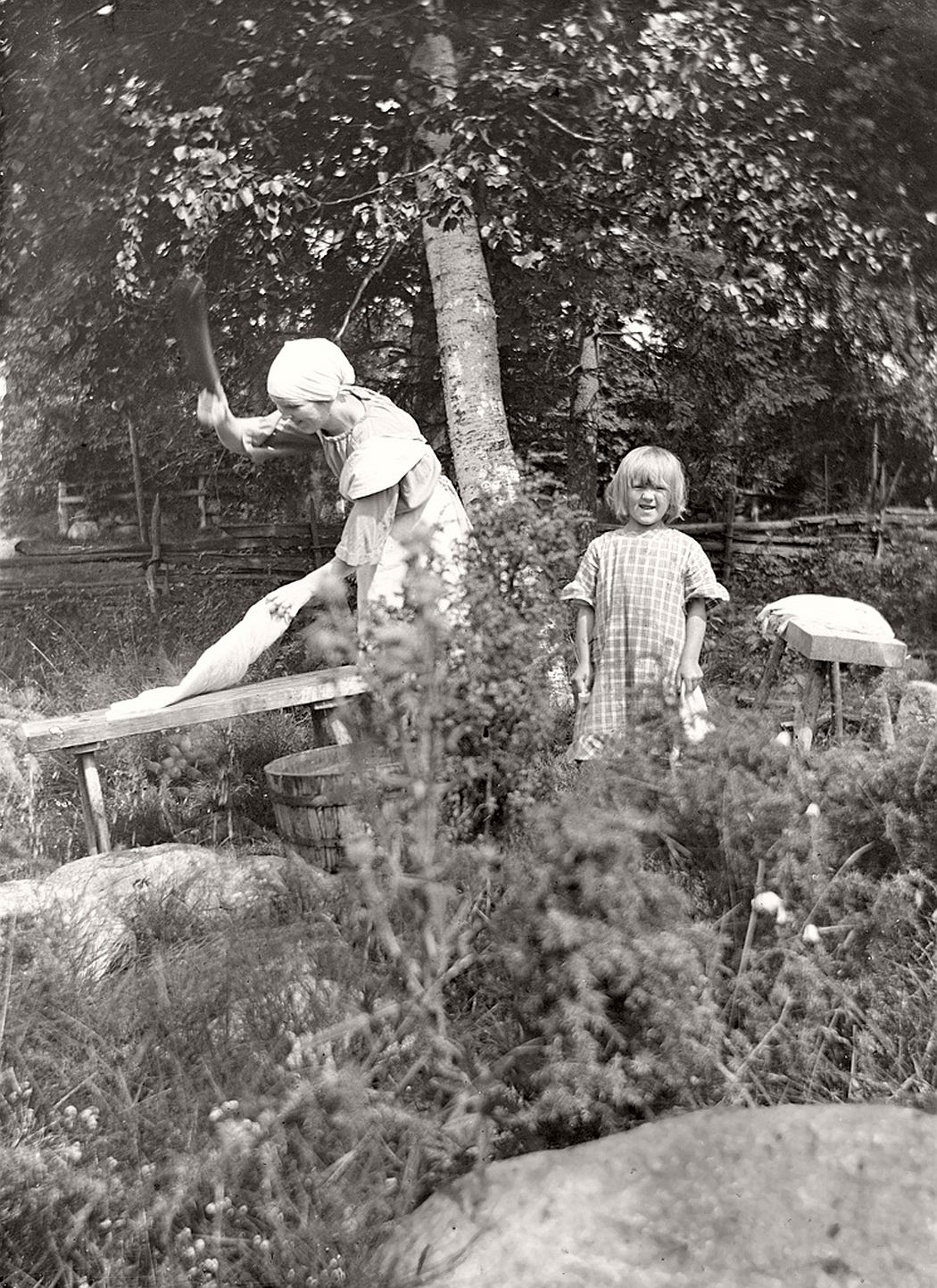 Photo from around 1925. Ebba Gustafsson (b. 1903) pats laundry and youngest sister Elin (b. 1918) stands next to it.
