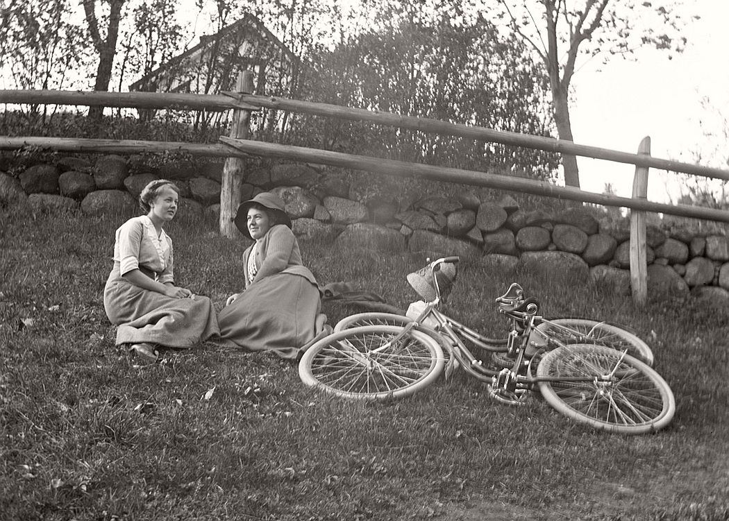 Break on the grass. The woman on the left is the school teacher's daughter Carola Aurell.