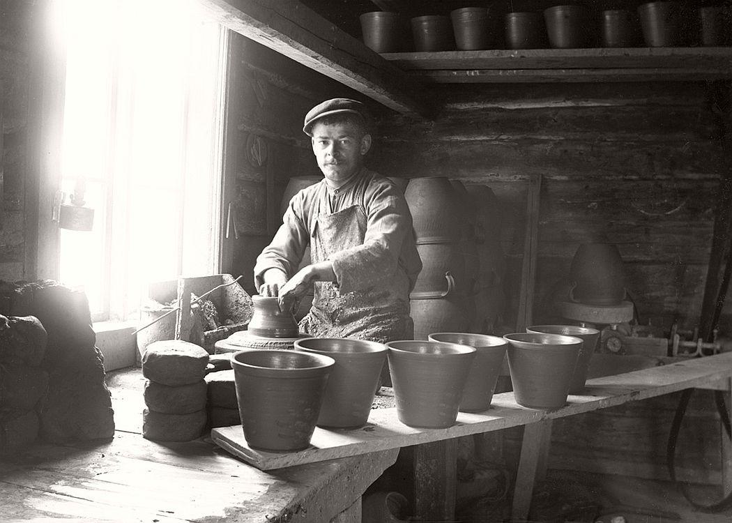 The potter's wheel Erik Söderholm (b. 1884) in Söderholms pottery, Frinnaryd, 1915.