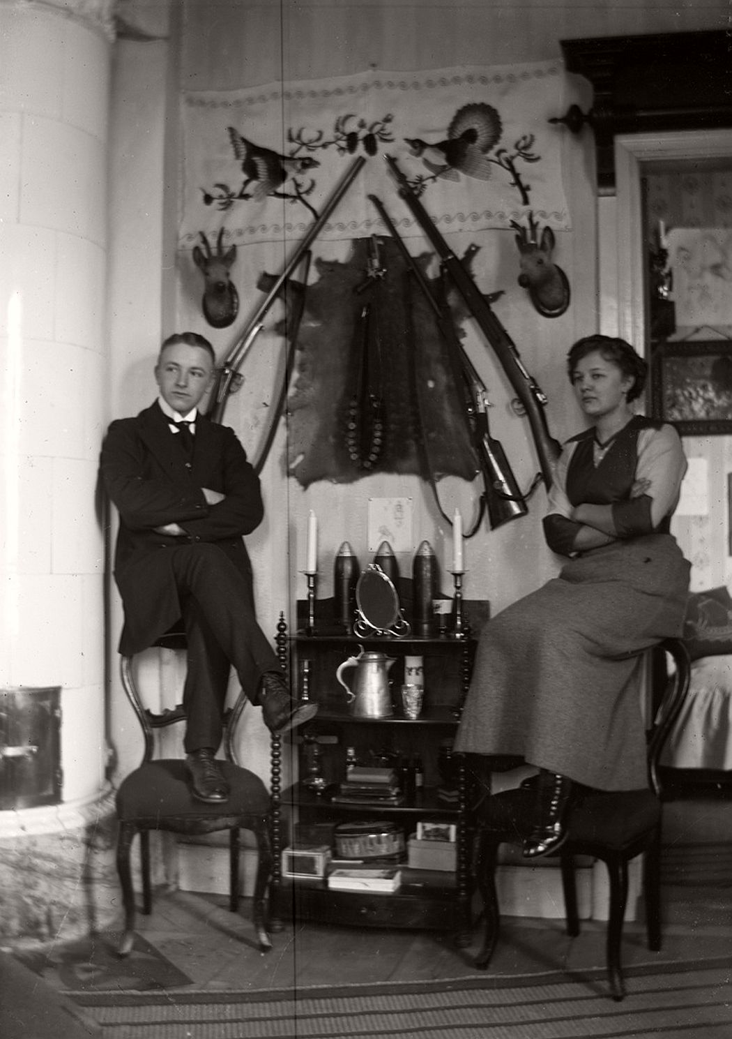 The siblings Carola and Henning Aurell photographed at his home in Frinnaryds, 1913.