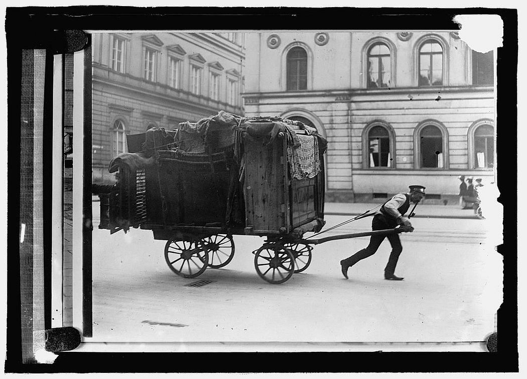Household moving, Berlin, 1908.