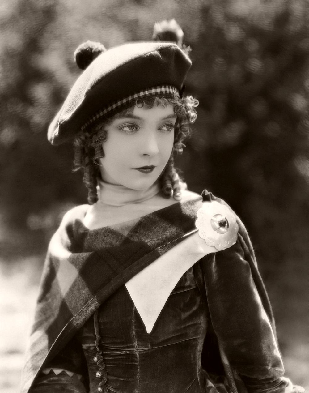 12th August 1926: Lillian Gish (1893 - 1993) plays the real-life Scottish heroine of the film 'Annie Laurie', directed by John S Robertson.