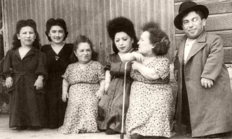 The Ovitzs (from left): Elizabeth, Perla, Rozika, Frieda, Franziska and Avram.