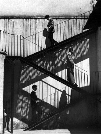 Lola Álvarez Bravo, Unos suben y otros bajan, Ciudad de México, México, 1940 Courtesy of the Fondo Fundación Televisa Collection.