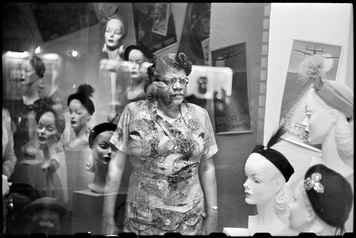 Elliott Erwitt, Downtown Hat Shop Window, Pittsburgh, PA, September 1950. © Elliott Erwitt/ Magnum Photos, Courtesy of Carnegie Library of Pittsburgh.
