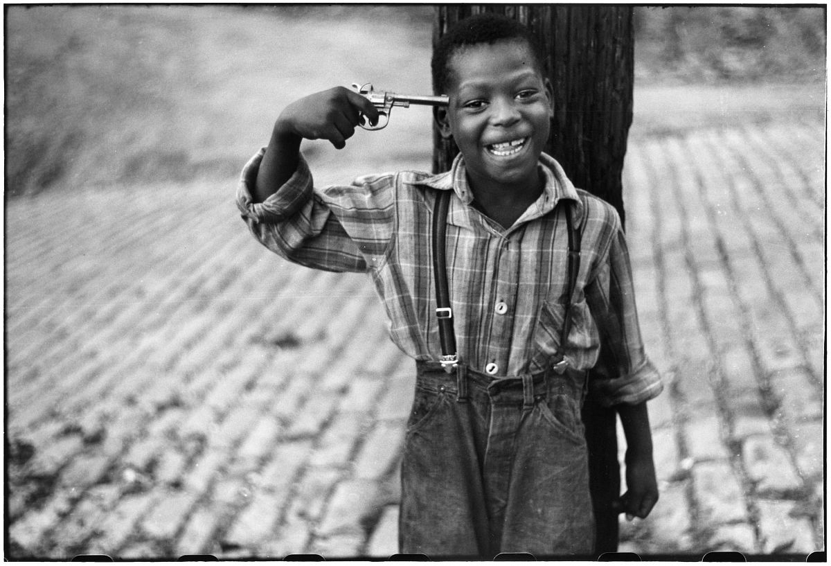 Elliott Erwitt, Children on Beelen Street, Pittsburgh, PA, October 1950. © Elliott Erwitt/ Magnum Photos, Courtesy of Carnegie Library of Pittsburgh.
