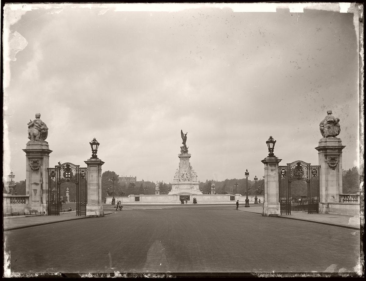 Queen Victoria Statue, London, Rex Hazlewood, 1918-1919
