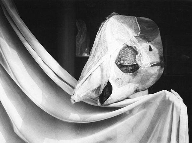© stefan moses 'Meret Oppenheim mit Kormoranmaske', aus der Serie KÜNSTLER MACHEN MASKEN, Studio Bern 1982 Courtesy Johanna Breede PHOTOKUNST