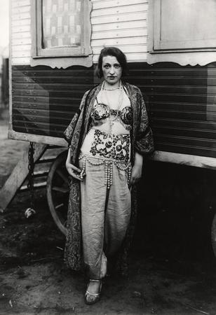 © August Sander - Circus artiste (Col. 1928).
