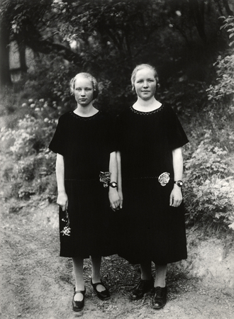 © August Sander - Peasant girls (Westerwald 1927).