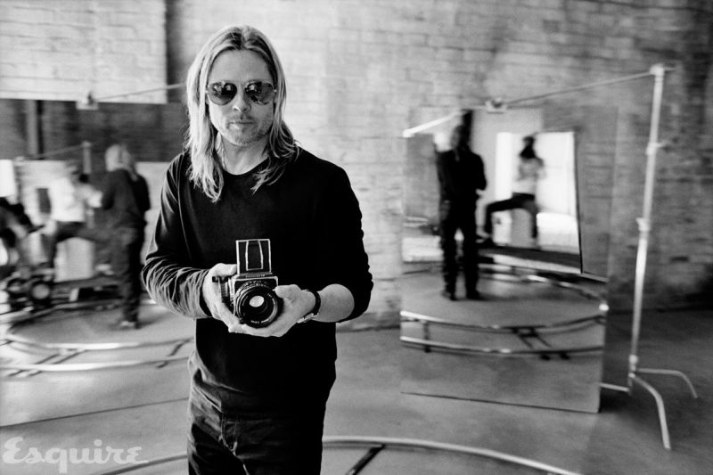 10-black-and-white-photos-of-celebrities-with-cameras-Brad Pitt