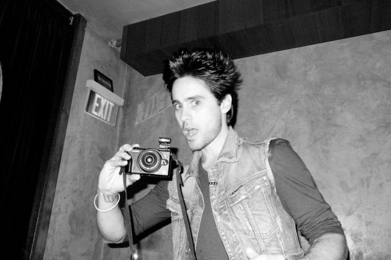 10-black-and-white-photos-of-celebrities-with-cameras-Jared Leto