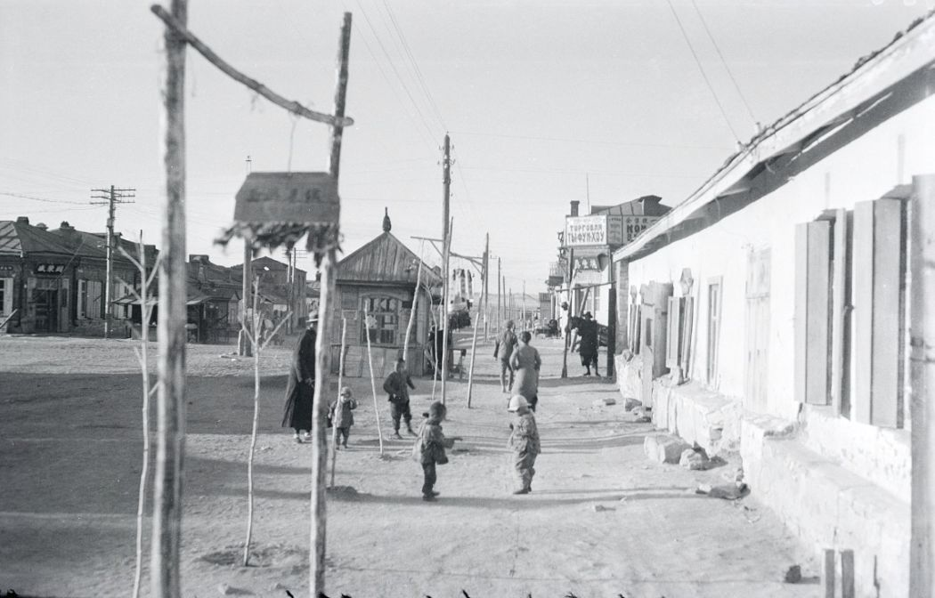 Manchuria-Northeast-Asia-in-1930s-Children Playing in the Street