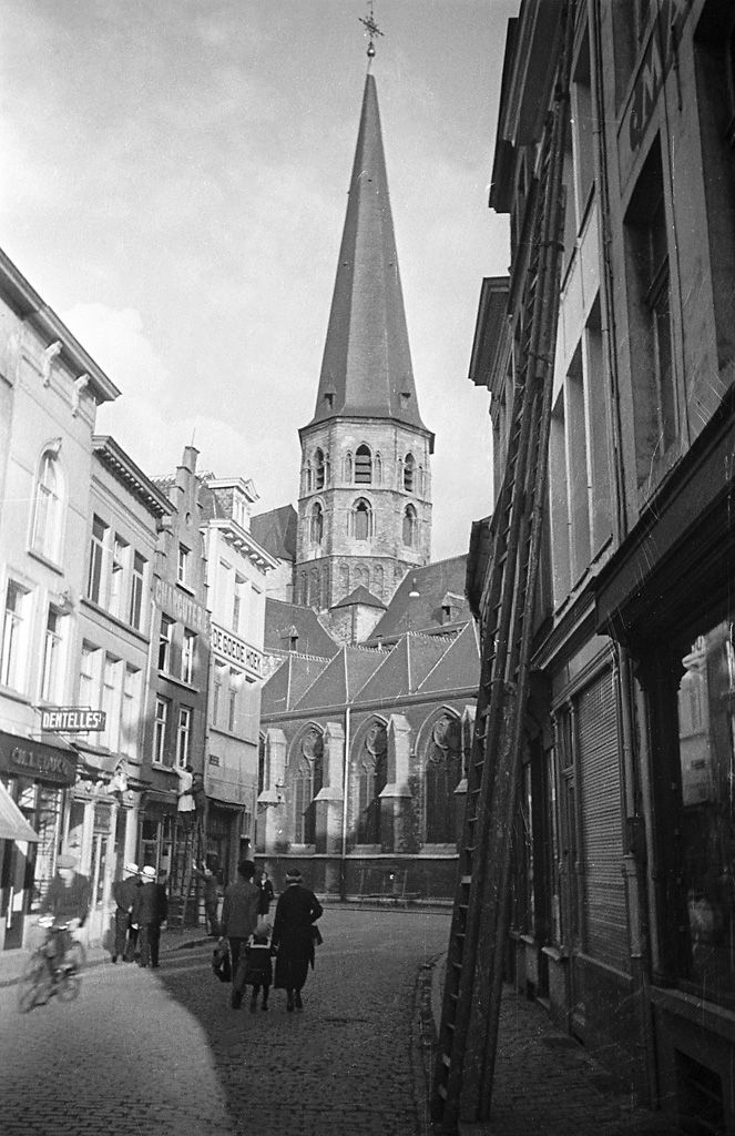 Street view of the church of St. Jacob in Ghent. 1934