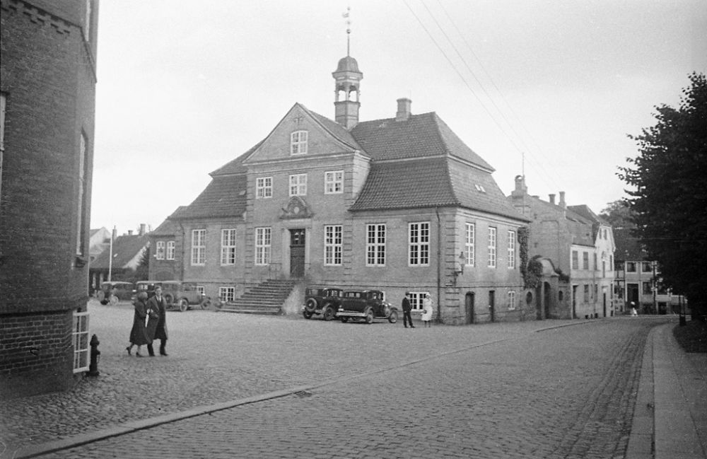 People, cars and the Town Hall from 1726, in Viborg.