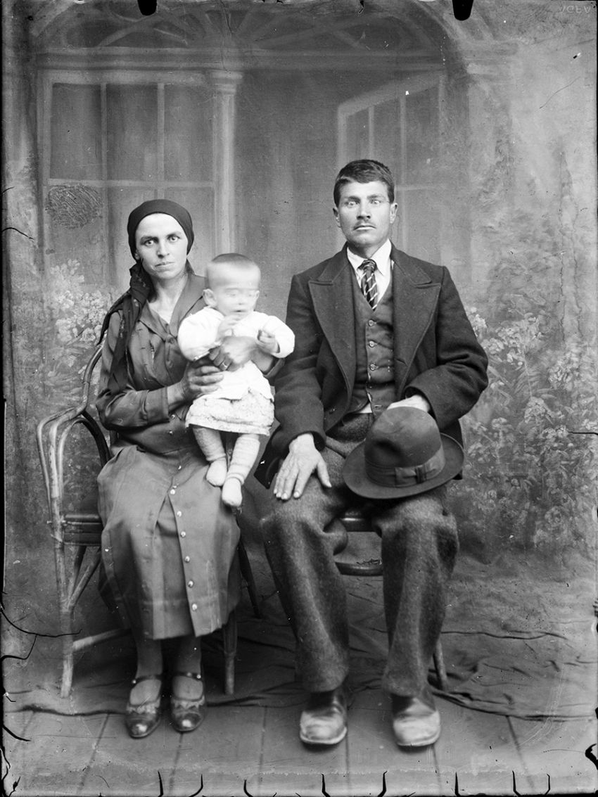 Glass-Plate Family Portraits from Romania (1940s) / Costică Acsinte / Public Domain