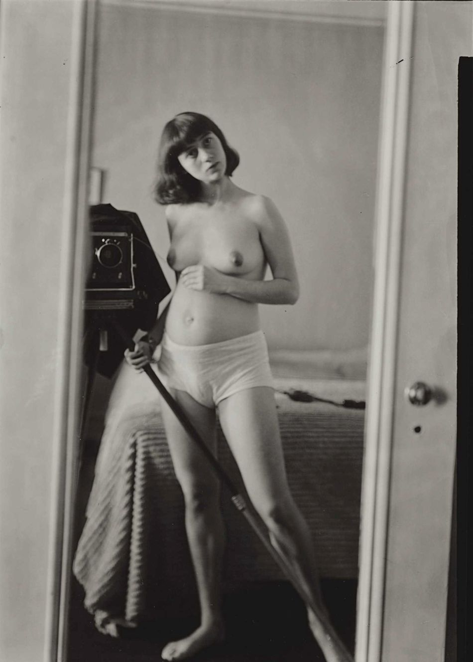 top-10-black-and-white-self-portraits-by-famous-photographers-Diane-Arbus