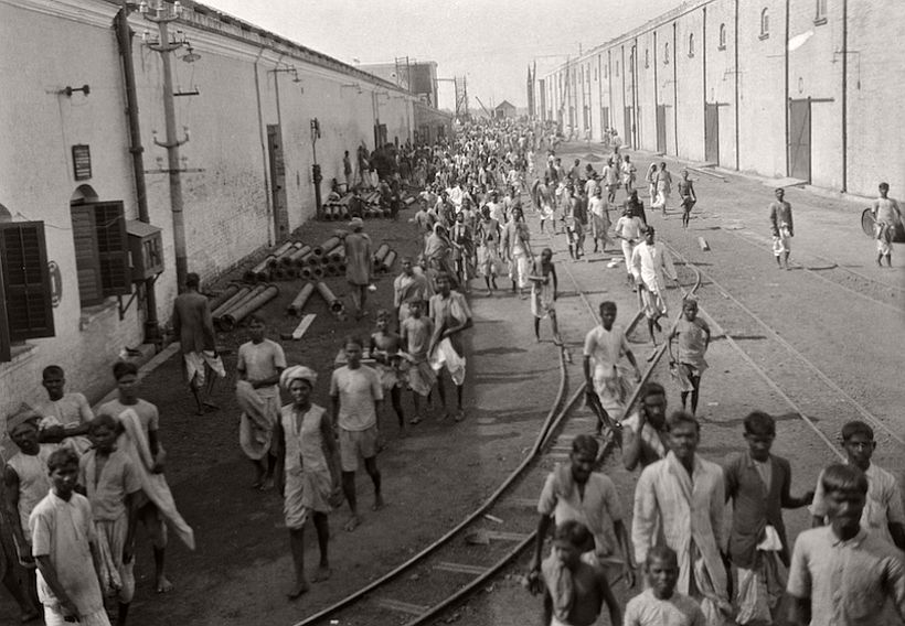 Lunch hour, Birla Jute Mill, Calcutta, 1929, photo: Emil Otto Hoppé