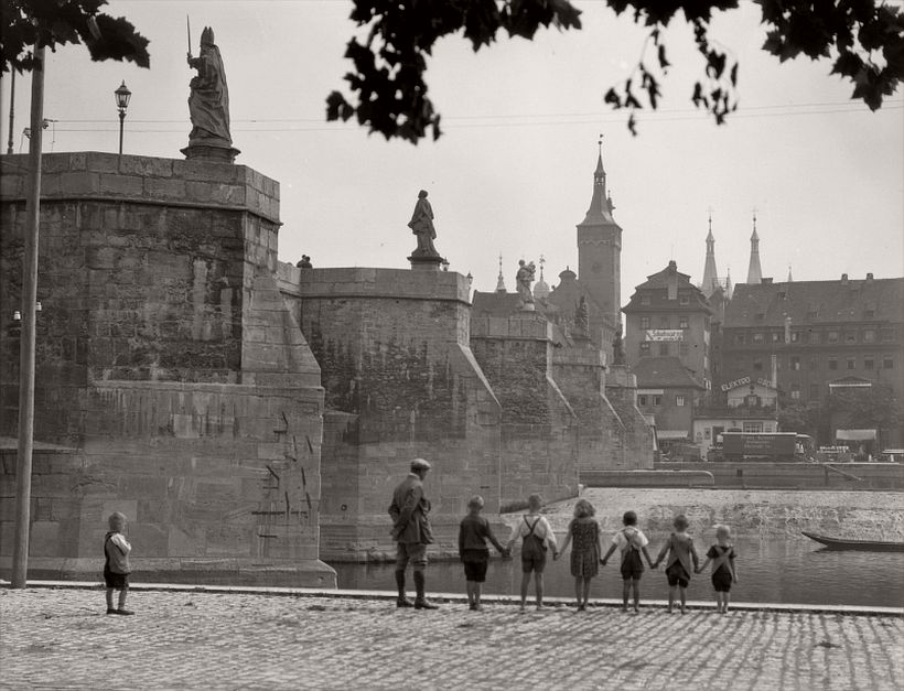 Bridge with statues seen from below, group of children holding hands, Würzburg, 1925 - Emil Otto Hoppé: The German Work