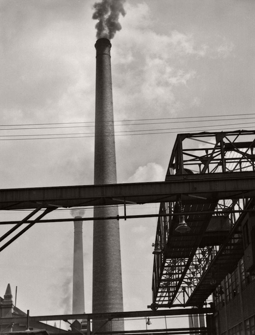 Long crane, tall chimeny, M.A.N. Works, Nürnberg, 1928 - Emil Otto Hoppé: The German Work