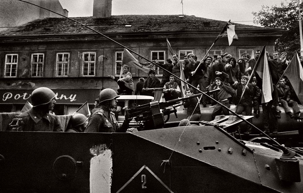 CZECHOSLOVAKIA. Prague. Warsaw Pact tanks invade Prague. 21st of August 1968. TCHECOSLOVAQUIE. Prague. Invasion par les armées du Pacte de Varsovie. 21 Aout 1968.