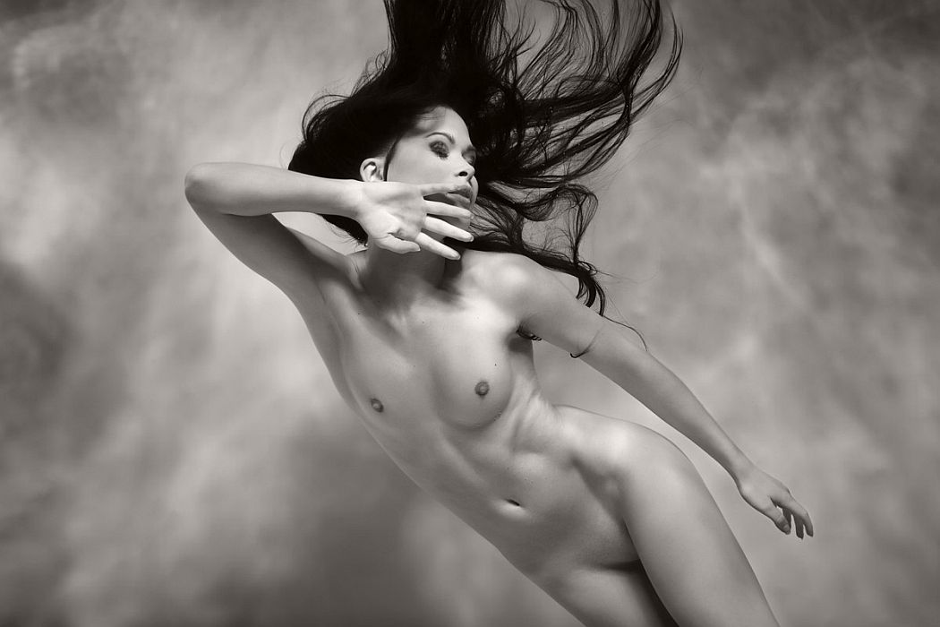 black-and-white-underwater-nudes-by-harry-fayt-06