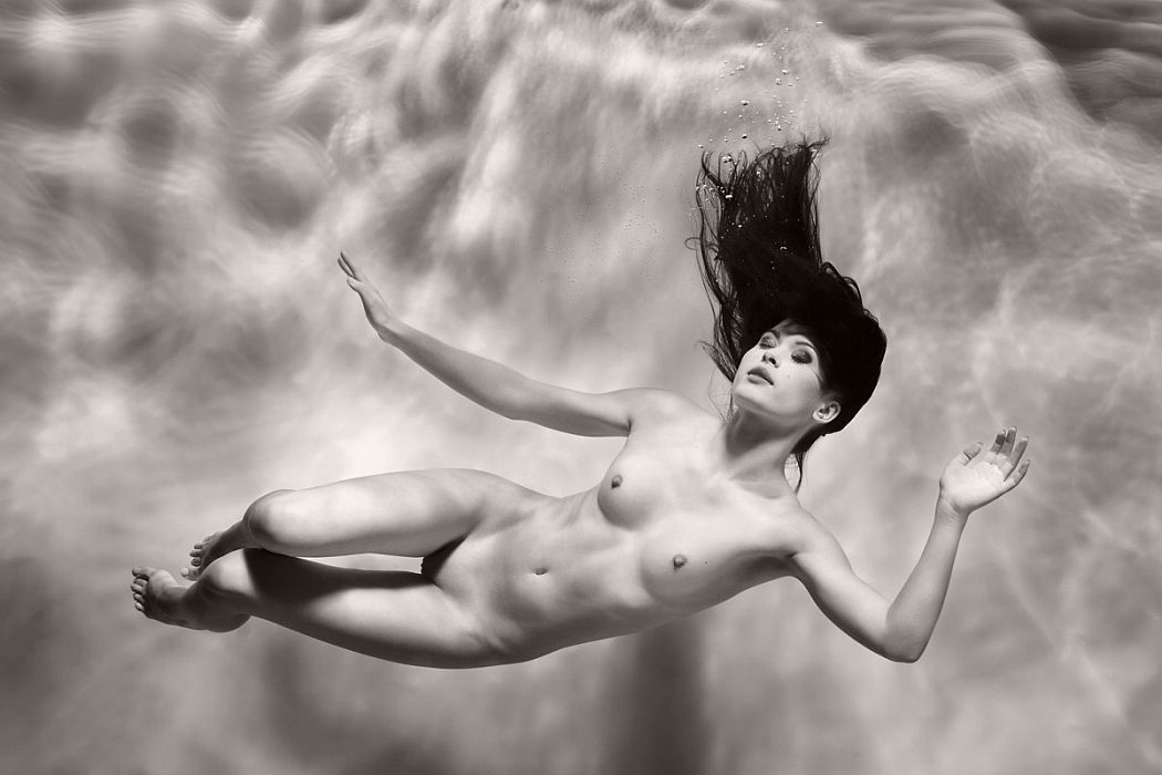 black-and-white-underwater-nudes-by-harry-fayt-07
