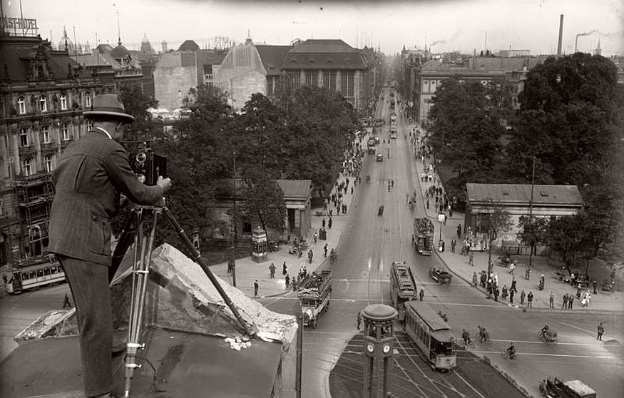 historic-photo-of-city-life-berlin-during-the-interwar-period-1920s-vintage-bw-30