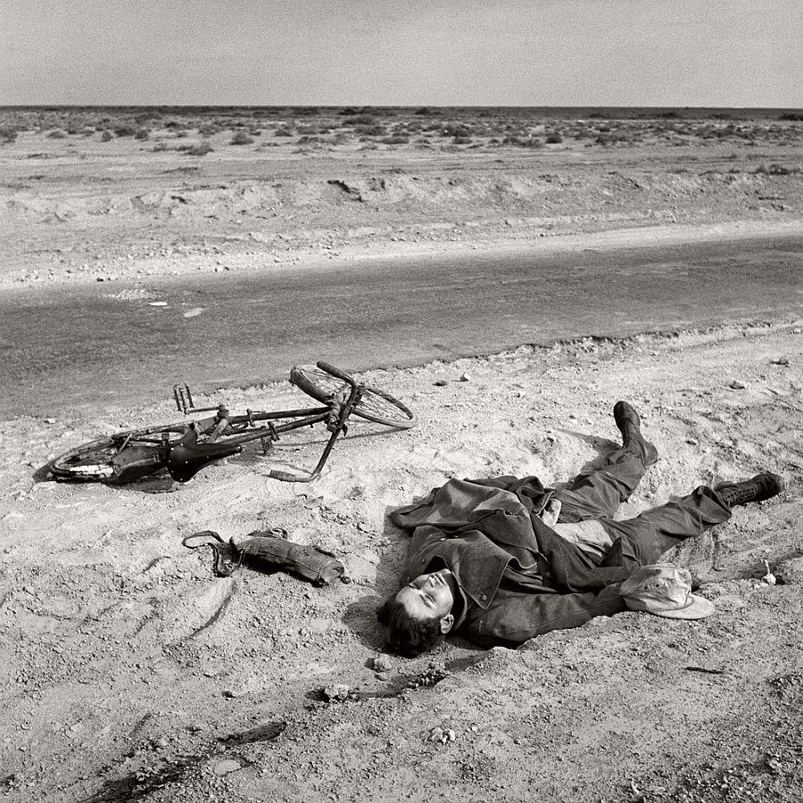EGYPT. Western Desert. A dead German soldier. 1941.