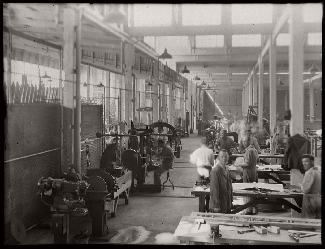 vintage-glass-plate-negatives-of-workers-and-the-machinery-they-manufactured-1900s-08