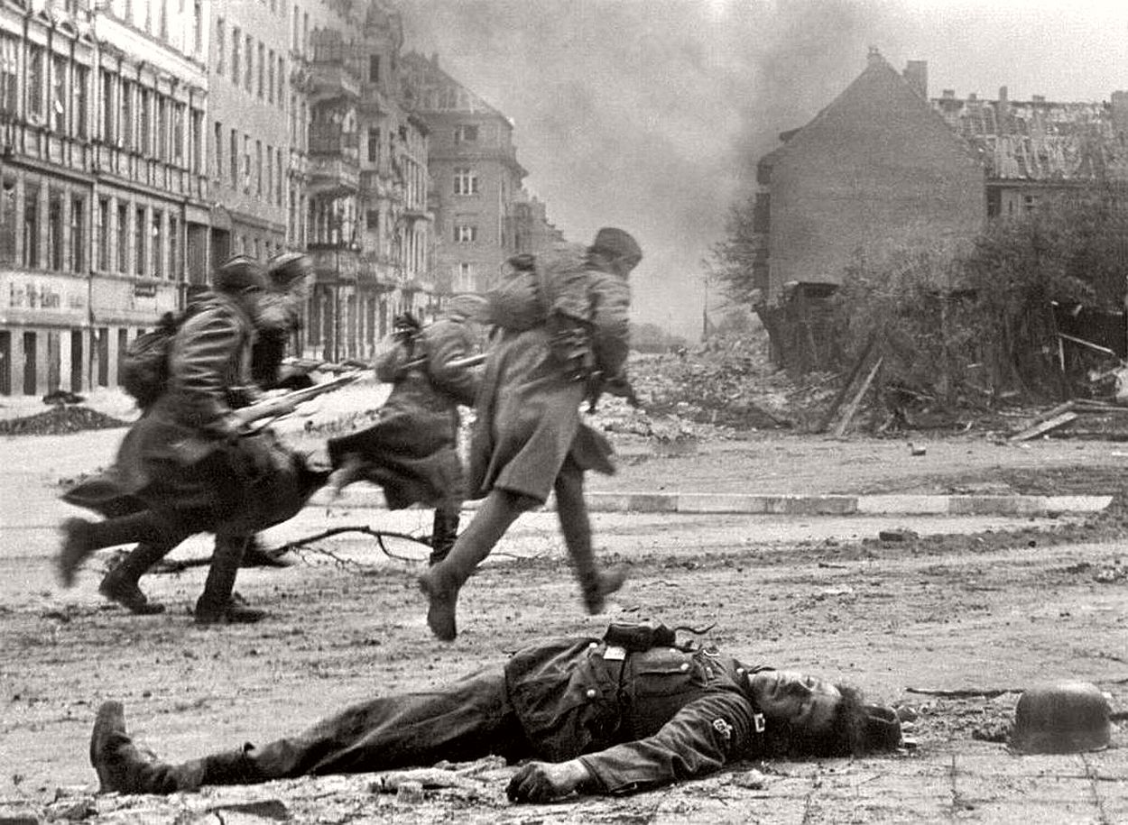 vintage-historic-photos-of-the-battle-of-berlin-1945-b&w-01