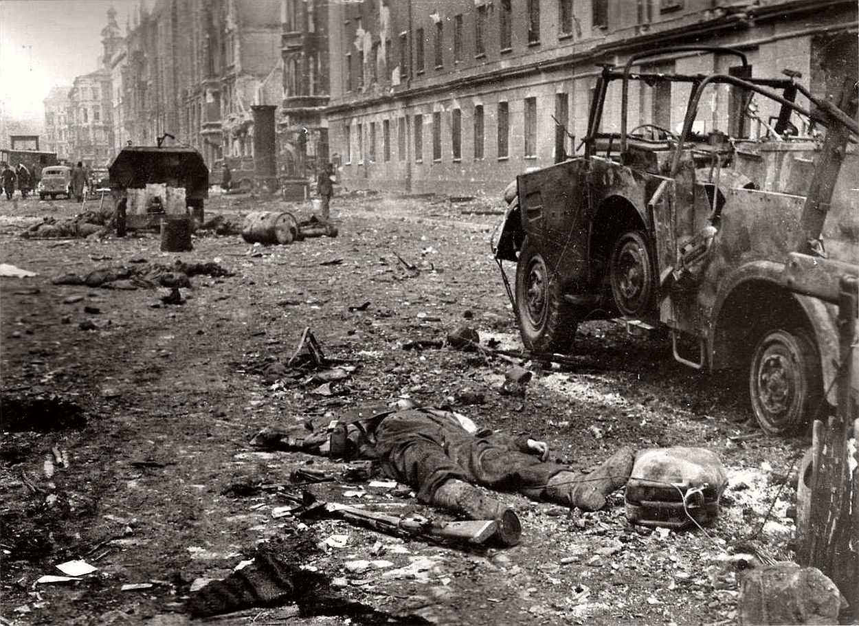 vintage-historic-photos-of-the-battle-of-berlin-1945-b&w-09