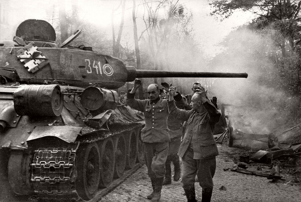 vintage-historic-photos-of-the-battle-of-berlin-1945-b&w-11