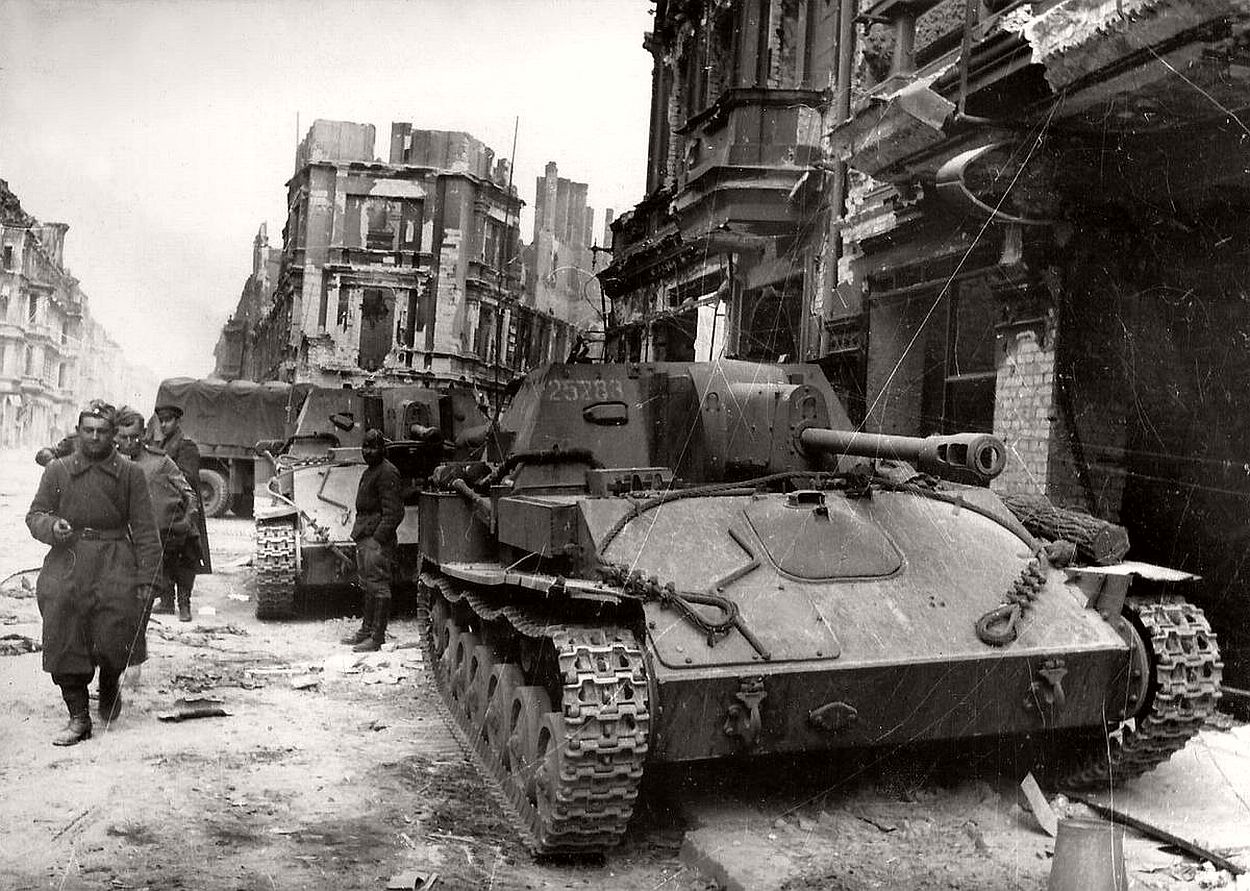 vintage-historic-photos-of-the-battle-of-berlin-1945-b&w-15