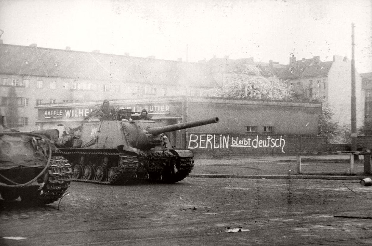 vintage-historic-photos-of-the-battle-of-berlin-1945-b&w-17