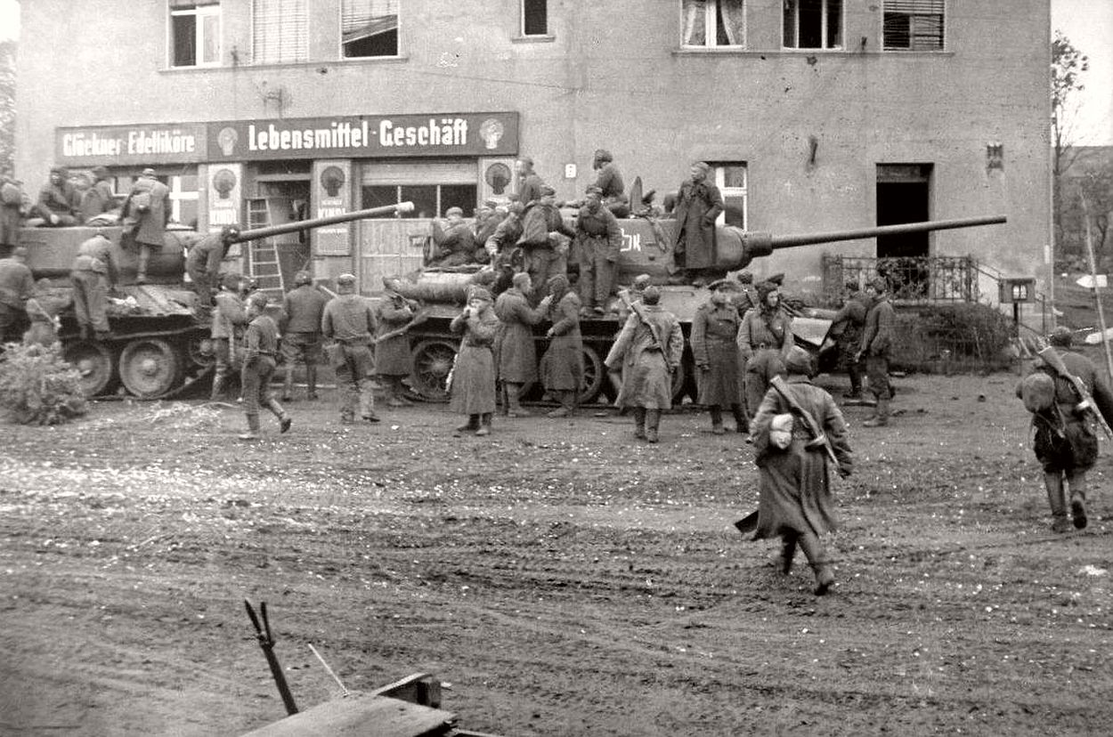 vintage-historic-photos-of-the-battle-of-berlin-1945-b&w-18