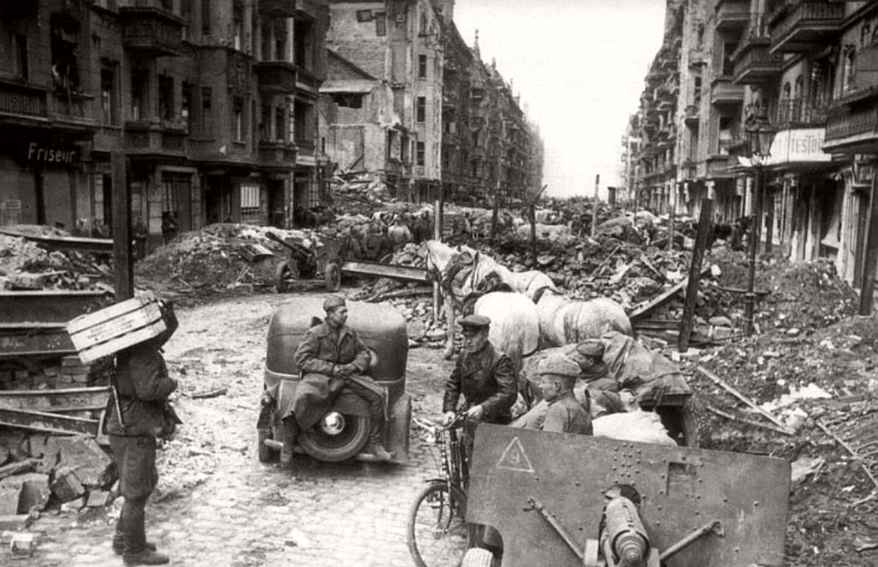 vintage-historic-photos-of-the-battle-of-berlin-1945-b&w-20