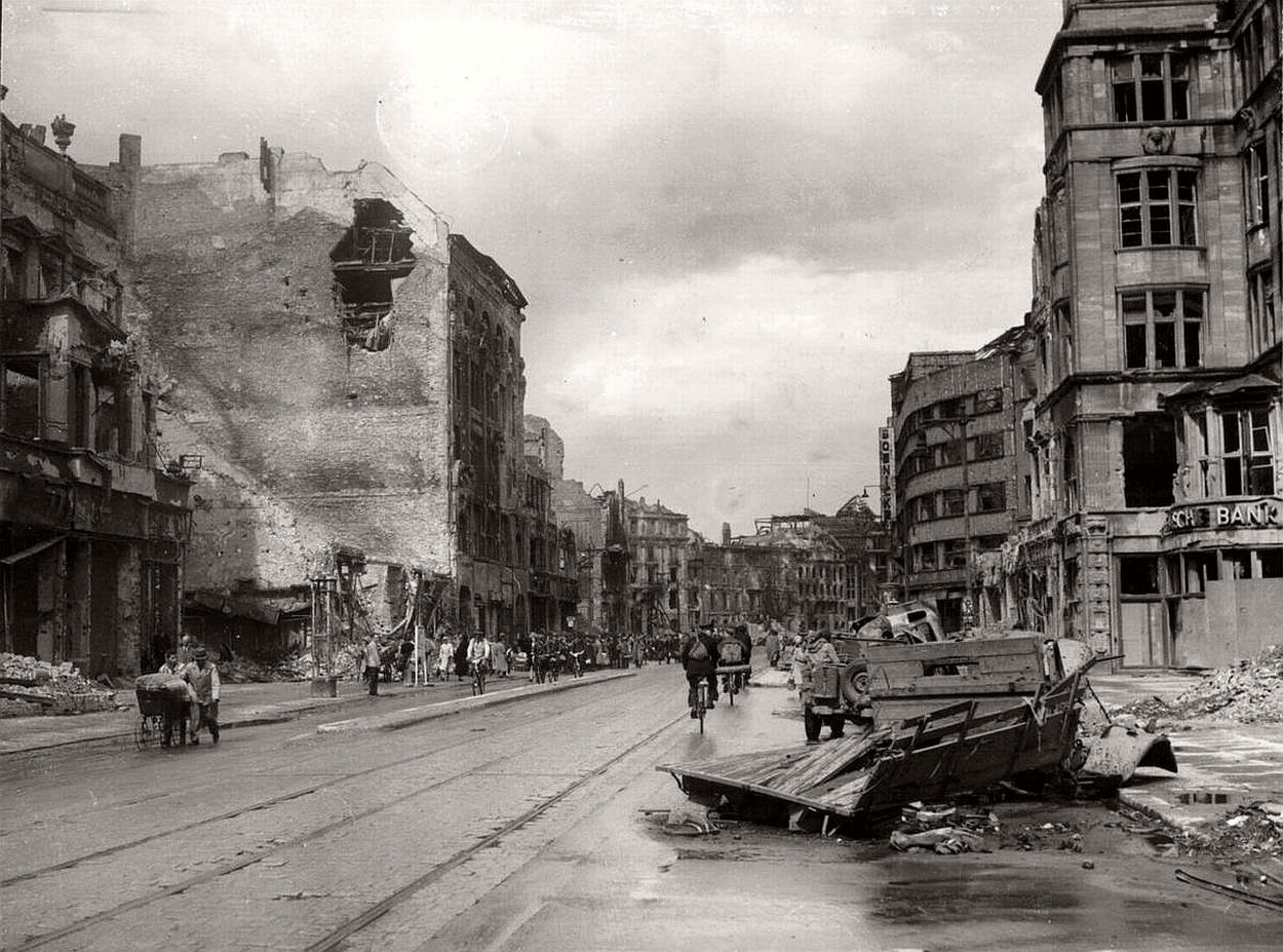 vintage-historic-photos-of-the-battle-of-berlin-1945-b&w-23