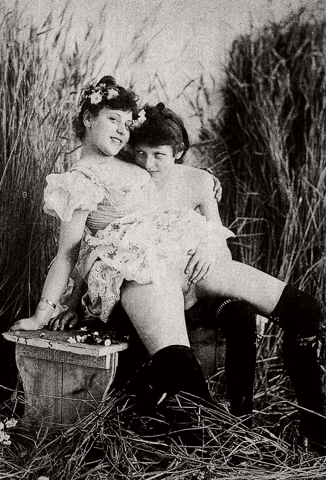 vintage-ninetenth-century-lesbian-women-nudes-1880s-02