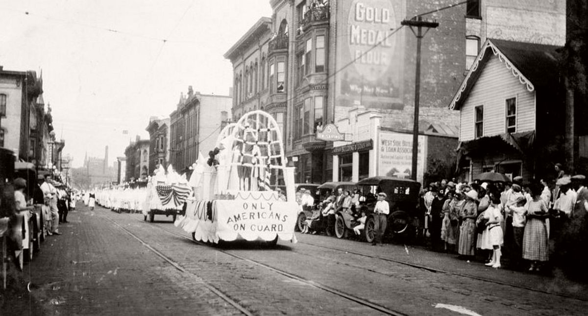 vintage-ku-klux-klan-parade-in-1920s-02