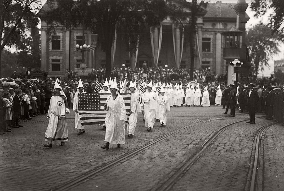 vintage-ku-klux-klan-parade-in-1920s-04