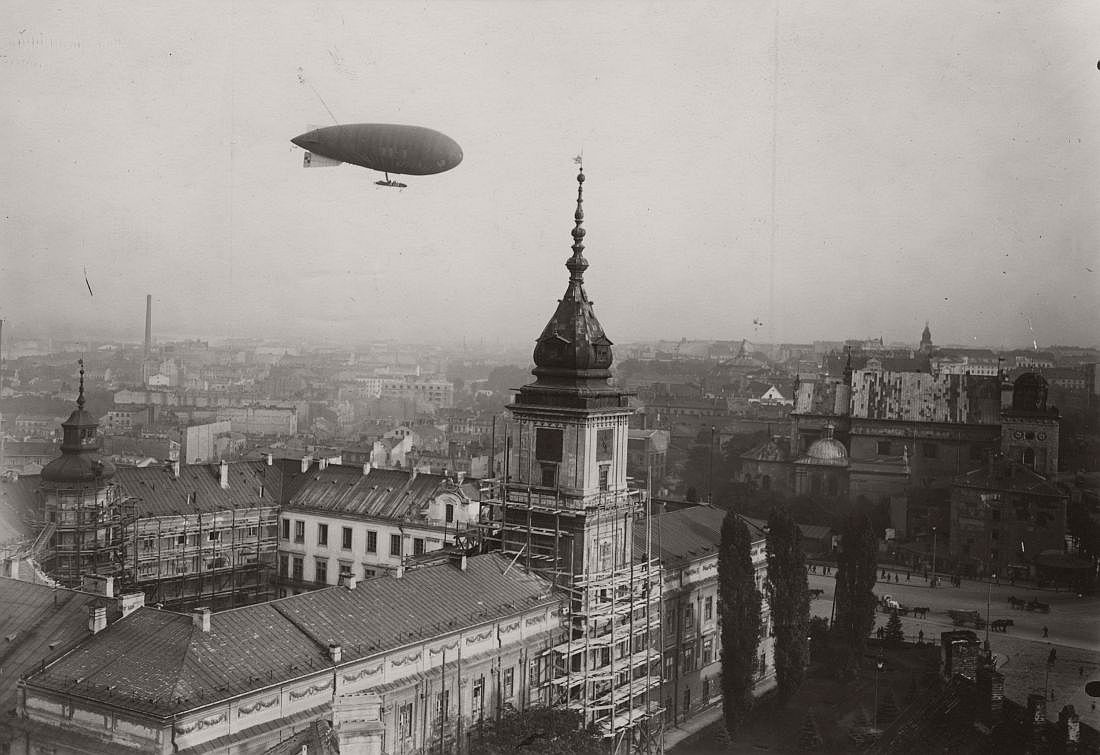 "View from the top to the south of the Royal Castle. Visible flying Polish military airship ""Lech""."