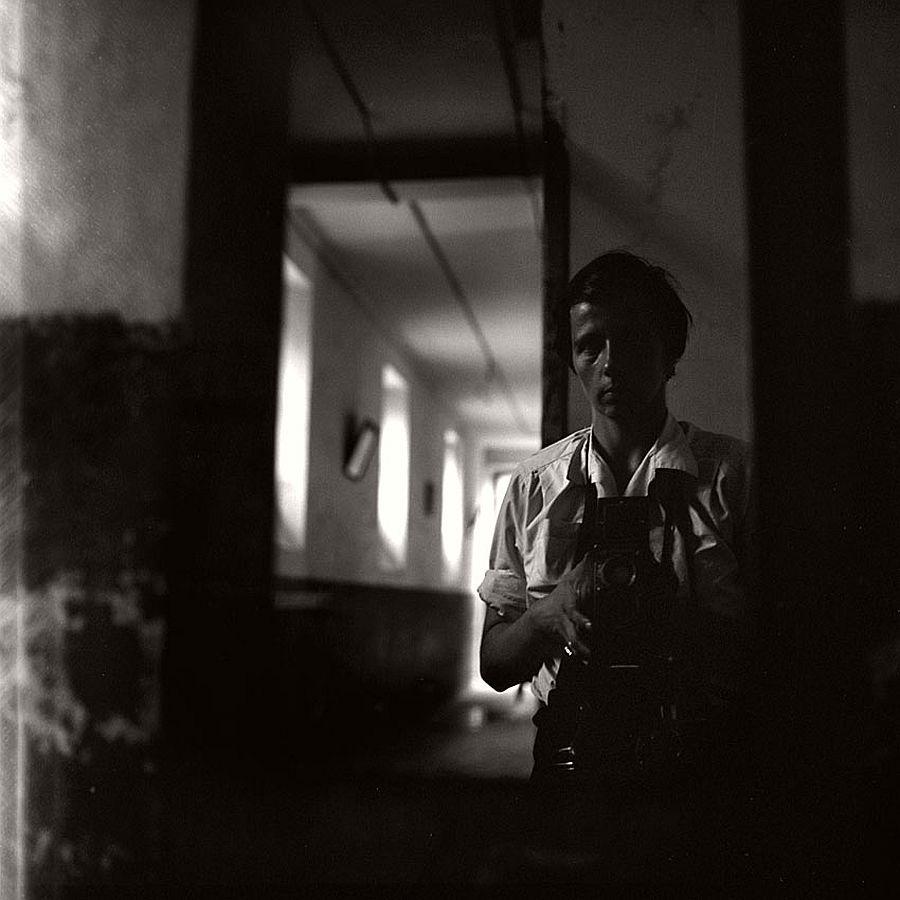 vivian-maier-self-portrait-black-and-white-18