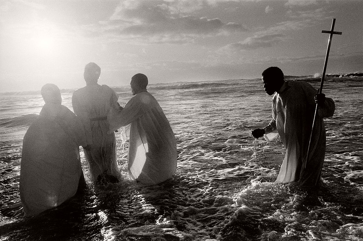 SOUTH AFRICA. Cape Town. Every Sunday, at dawn, priests of the Zion Church, from the Khayelitsha black township, take their newly converted congregation to the sea to be baptised through immersion. 1999.
