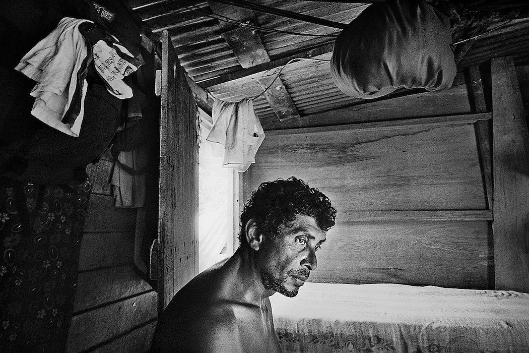 French guyana, maripasoula, maroni. Garimpeiro. L'Amazonie n'est pas mieux contrôlee en Guyane française qu'au Bresil ou au Surinam. Capitale de l'orpaillage sur le Maroni, Maripasoula, mais aussi Saint-Elie ou Camopi, autres communes isolees, voient se multiplier les chantiers clandestins de chercheurs d'or. Braquages ou reglements de comptes, on entend parler d'exactions. On parle de milices, tortures, expeditions punitives et executions entre garimpeiros. Au pays de la rumeur, la legende s'installe, pas toujours verifiable. L'amalgame est ici facile entre « orpaillage clandestin » et « orpaillage imputable aux etrangers clandestins ». Pompes et pelles mecaniques, les techniques et la main d'œuvre sont bresiliennes, le garimpeiro venu gagner sa vie sur le territoire français est facilement livre a la vindicte populaire. Autour de Maripasoula, la majorite des exploitations dependent de patrons orpailleurs français.