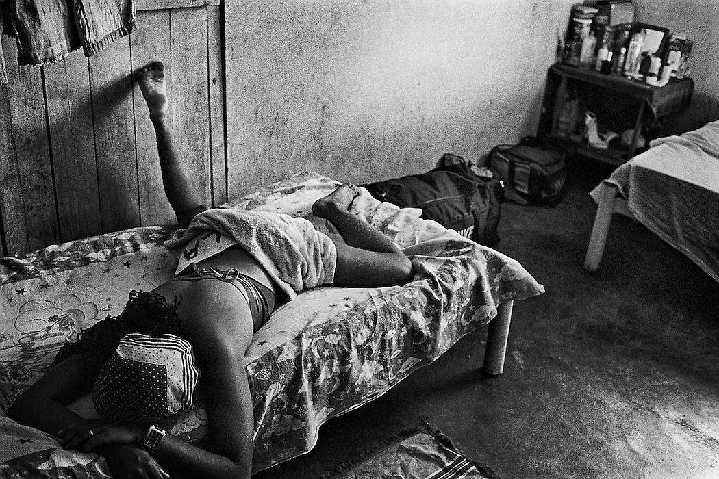 Brazil, Oiapoque, Amapa. Oiapoque, est le dernier point de passage bresilien d'une prostitution plus ou moins organisee vers la Guyane française. Pendant que les hommes partent faire les garimpeiros en foret, les jeunes femmes viennent tenter leur chance à la frontiere guyanaise. Elles font le bonheur des garimpeiros venus vendre leur or en ville.