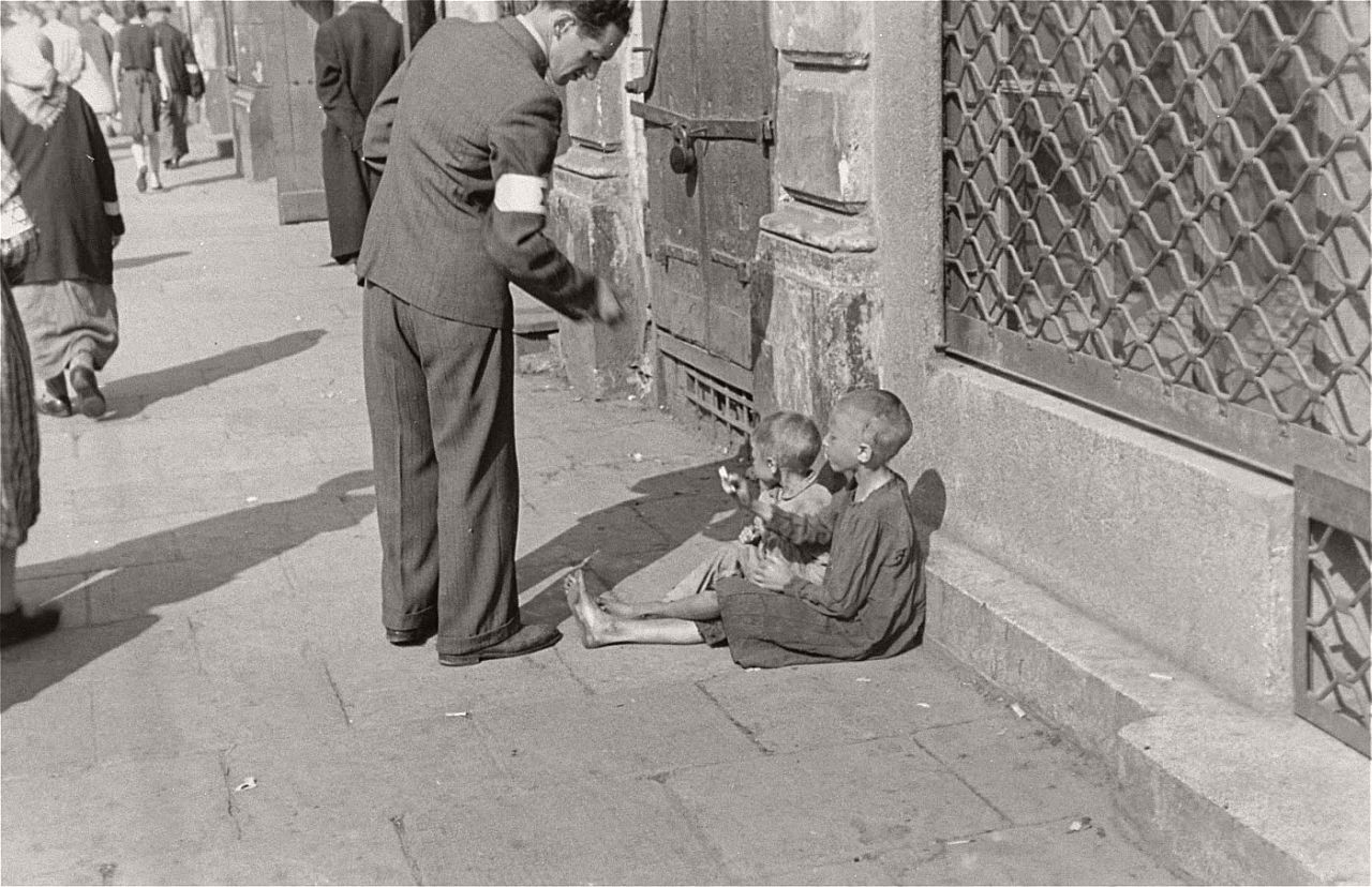 warsaw-ghetto-1941-vintage-daily-life-05