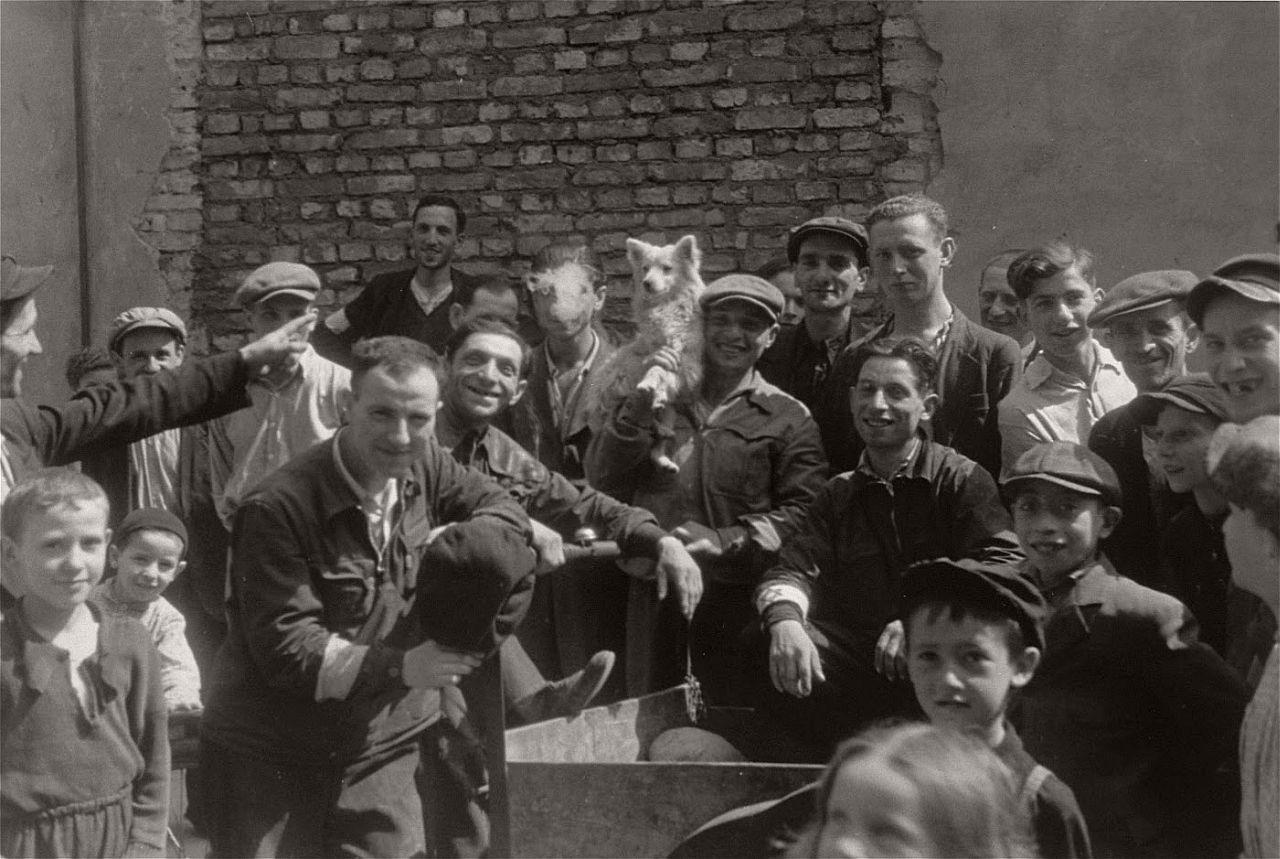 warsaw-ghetto-1941-vintage-daily-life-09