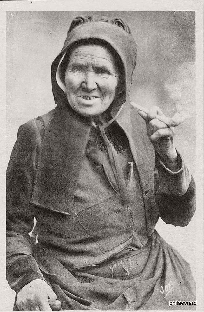 vintage-portraits-of-women-smoking-pipes-1900s-02