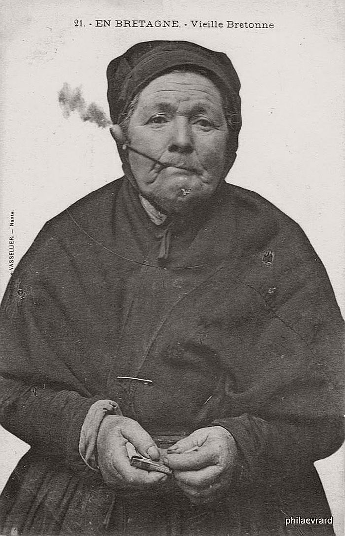vintage-portraits-of-women-smoking-pipes-1900s-06